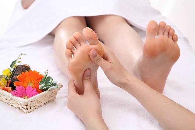 足裏のツボは裏だけでなく側面やくるぶしにも影響が出る