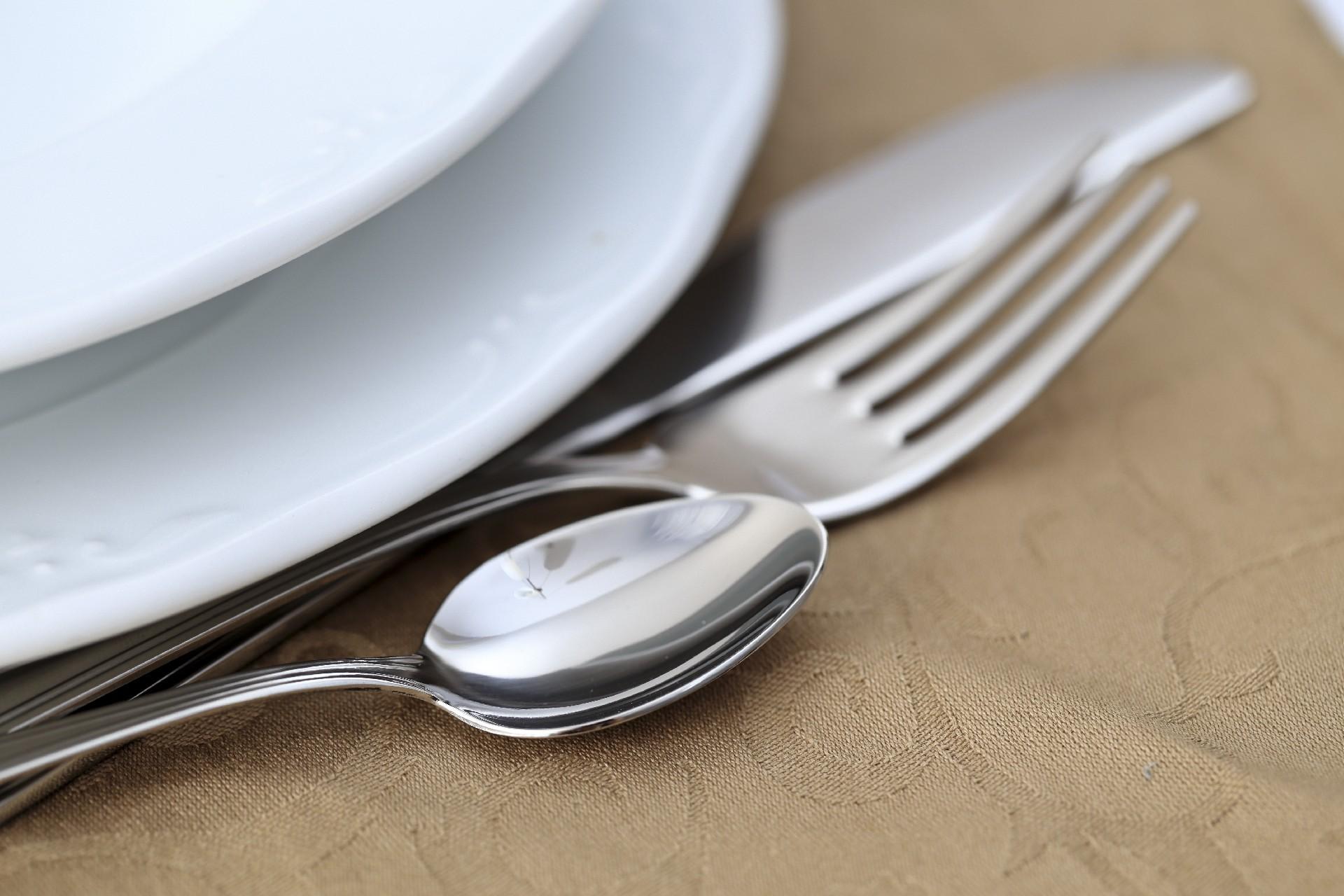 スプーンとフォークを使って料理を取り分ける時はどうする?