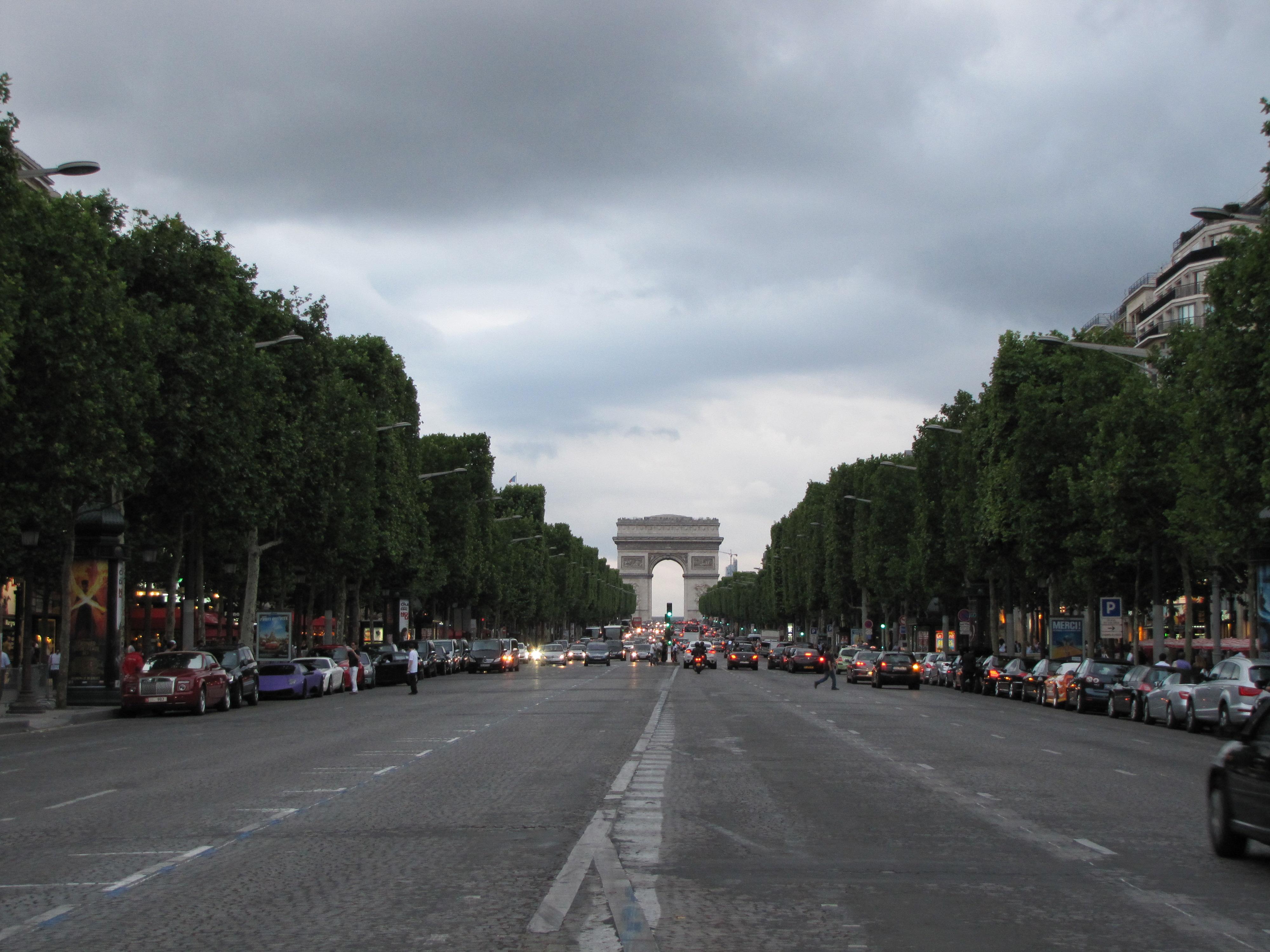 パリ観光に適した服装って?