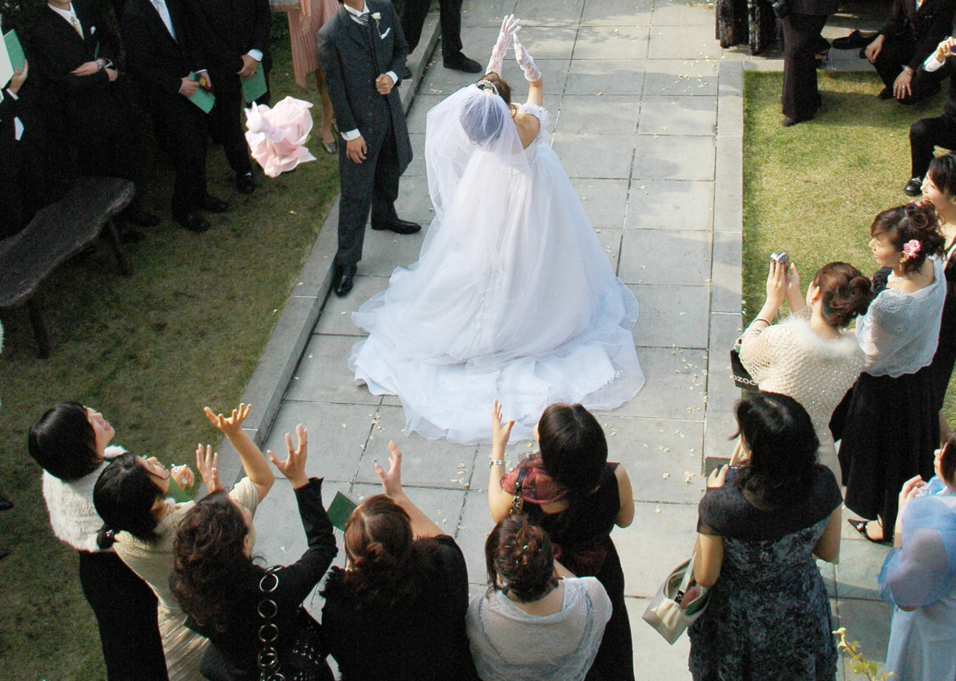 結婚式のお呼ばれ、黒いドレスでの参列は非常識?