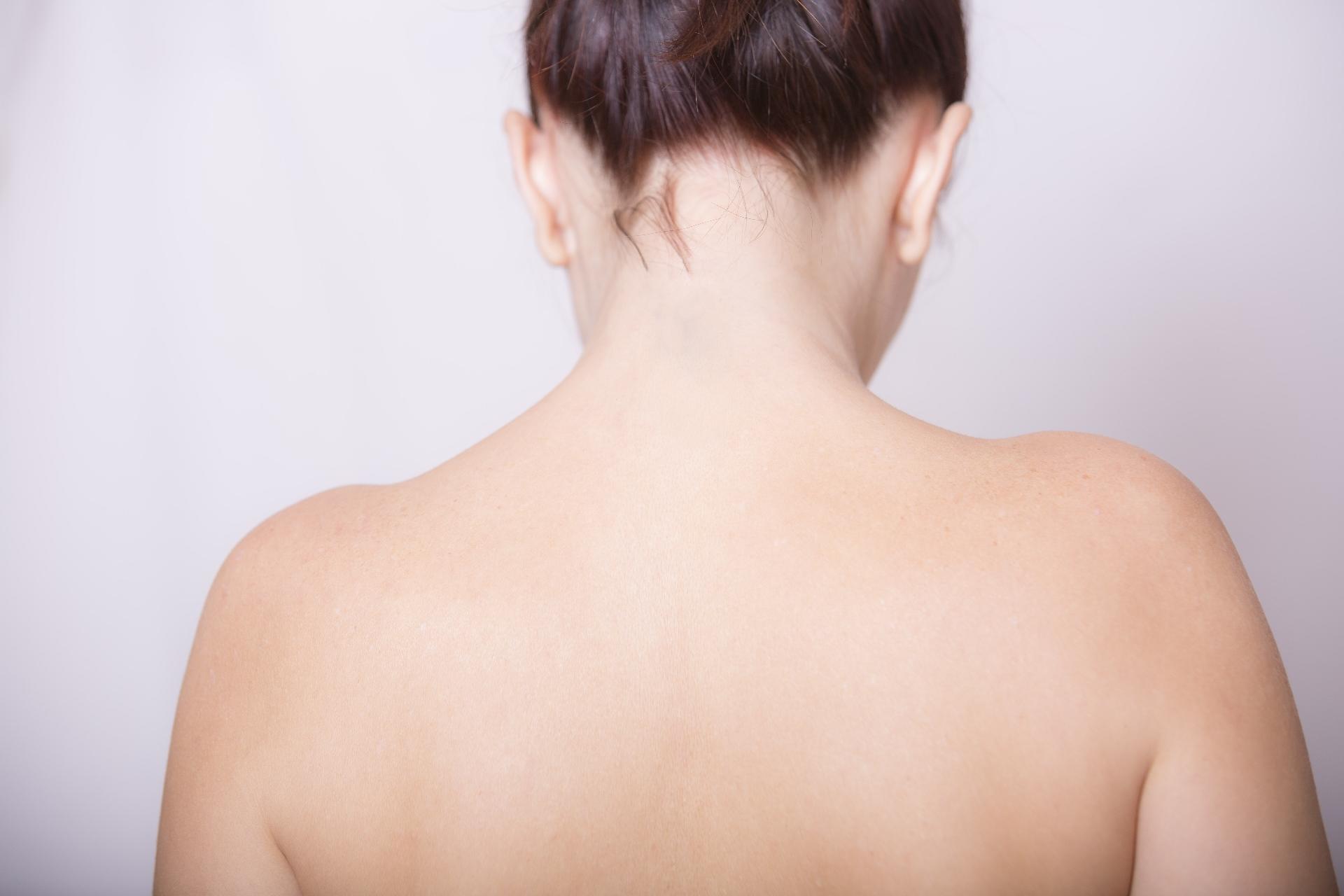 背中の痛みが左側でやけにチクチクする?!